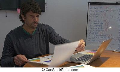 aan het werk werkkring, zittende , draagbare computer, bureau, negatief, emoties, computer, laat, papieren, man