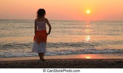 aangedurfde, vrouw, stalletjes, ondergaande zon , zee, alleen, strand