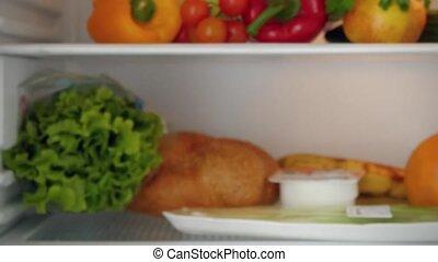 aantekening, vrouw, deur, planken, lijst, fridge magneet, binnen, melkinrichting, zij, inspecteren, tekens, zetten, producten, controleren, koelkast
