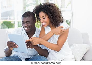 aantrekkelijk, paar, bankstel, het kijken, tablet, samen, zittende