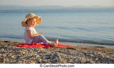 achtergrond., zittende , seascape., het kijken, toeristen, meisje, weinig; niet zo(veel), vakantie, kust, baby, agentschap, eyes., concept., zeezicht, kindertijd, reizen, places., zomer
