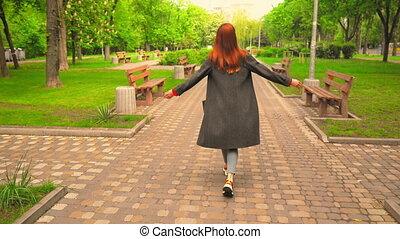 achterkant, wandelingen, genieten, vrouw, redheaded, buitenshuis
