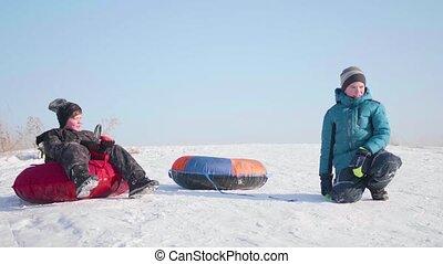 activiteiten, buiten, zetten, rijden, besneeuwd, twee kinderen, heuvel, sportende, mountain., bovenzijde, sled.