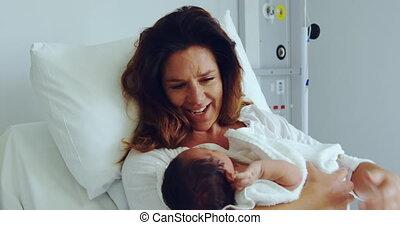 afdeling, haar, vooraanzicht, de baby van de moederholding, ziekenhuis, kaukasisch, pasgeboren