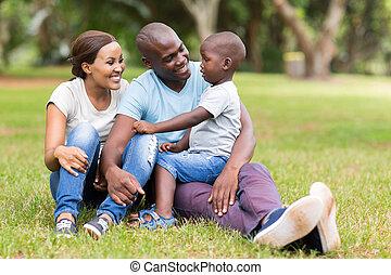 afrikaan, buitenshuis, jonge familie, zittende