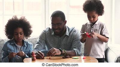 afrikaan, papa, thuis, kinderen, sculpting, playdough, schattig