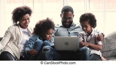 afrikaan, twee, aantekenboekje, video's, ouders, geitjes, gebruik, vrolijke , schouwend