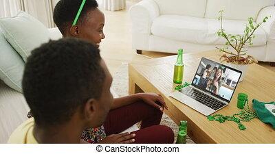 afrikaan, vieren, st, amerikaan, vrienden, video, patrick's, draagbare computer, dag, paar, roepen