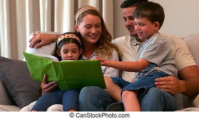 album, het kijken, foto, jonge familie, vrolijke