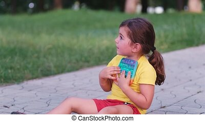 armen, stress, park, mier, informatietechnologie, knallen, omhelzingen, haar, zittende , kleurrijke, speelbal, wandelende, mooi en gracieus, zij, veel, vasthouden, meisje, liefdes, informatietechnologie, chest., zeer, steegjes