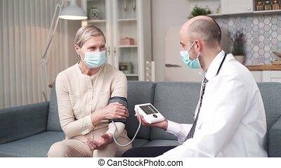 arts, bloed, visit., druk, gedurende, thuis, vrouw, bejaarden, het meten