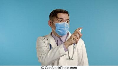 arts, coat., ongeveer, beschermend masker, bang, medisch, desinfecteert, antiseptic., ironisch, achtergrond, blauwe , hem, alles, gekke , man