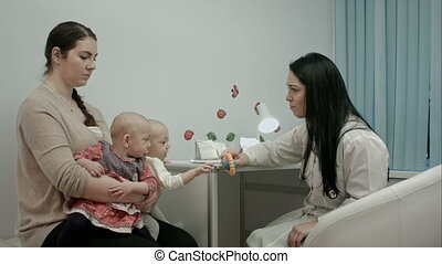 arts, uitleggen, pasgeboren, tweeling, iets, vrouwlijk, moeder, kinderarts