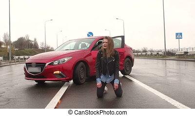 asfalt, zittende , tiener meisje, straat, accident., nat, afgewezen, auto