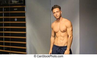 atletisch, gym, undressing, jonge man