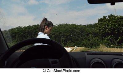 auto, bestuurder, vrouwlijk, verloren, land