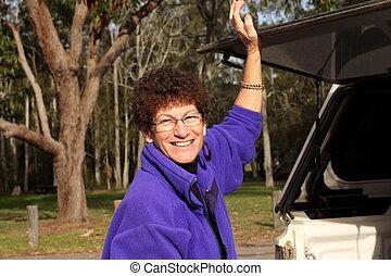 auto, oude vrouw, achterkant