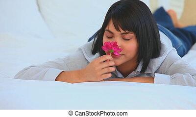 aziaat, schattig, ruiken, vrouw, bloem