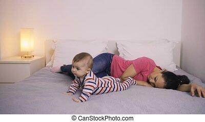 baby, haar, moe, het kijken, moeder, bed, het liggen