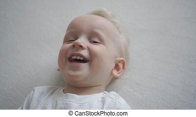 baby, iemand, motie, kietelen, terwijl, schattig, lach, jongen, gimbal, him.