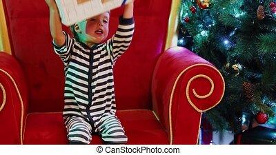 baby jongen, boompje, kerstkado
