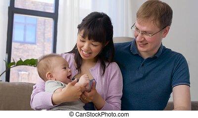 baby jongen, gelukkige familie, thuis