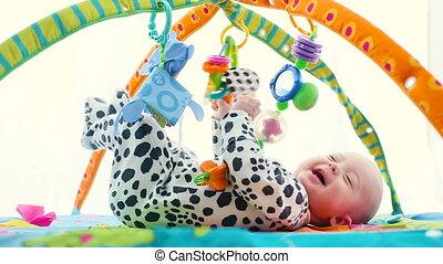 baby jongen, glimlachen gelukkig, playmat