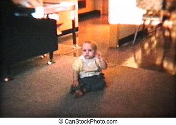 baby jongen, opgewekte, (1963), wandeling