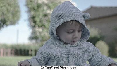 baby jongen, weinig; niet zo(veel), plezier, hebben