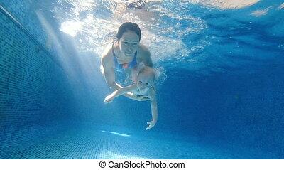 baby, mamma, haar, pool., zwemmen, onder, water., pool, duikt