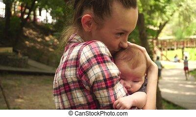 baby, mamma, jonge, haar, armen