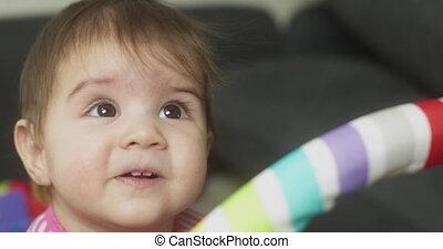 baby meisje, home., spelend, 4k