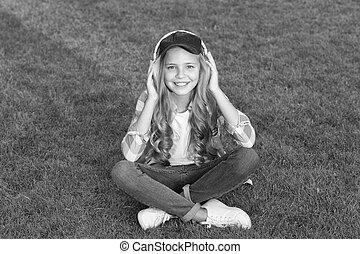 baby, muziek, kind, het luisteren, outdoors., beurt, sounds., slijtage, audio., weinig; niet zo(veel), podcast., nieuw, luisteren, headphones., technology., moderne, verzachtend, life., verslappen, audio, hifi, vrolijke
