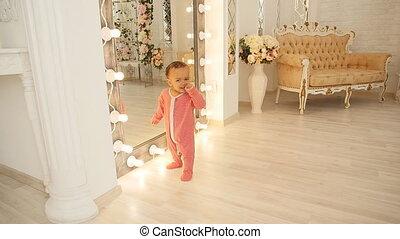 baby, schattig, het glimlachen, leren, wandeling
