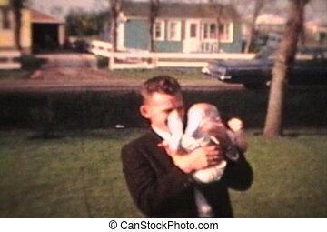 baby, trotze ouders, vasthouden, buitenshuis