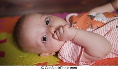 baby, weinig; niet zo(veel), het liggen, vloer