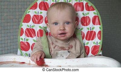 baby, weinig; niet zo(veel), vrolijke , vuil gezicht