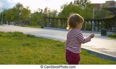 baby, weinig; niet zo(veel), wandelende, meisje, park