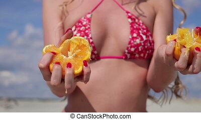 badpak, citrus, open, het presen, handen, vrouw
