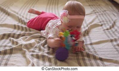 bal, baby, vloer, speelbal, spelend, schattig, meisje