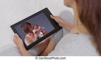 bankstel, kinderen, relaxen, tablet, vrolijke , jonge, family., klesten, home., vrouw, haar, gebruik, achterkant, online., aanzicht, kleinkinderen, terwijl, digitale , praatje