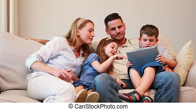 bankstel, tablet, vrolijke , zittende , gezin, pc, gebruik