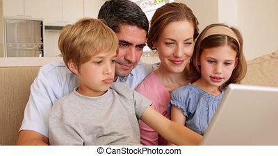 bankstel, vrolijke , jonge, zittende , gezin