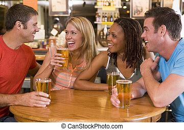 bar, jonge, lachen, groep, drinkt, vrienden