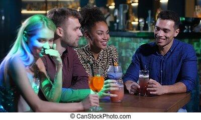 bar, kletsende, tafel, vrienden, best, dranken