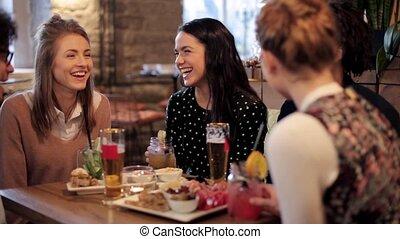 bar, vrolijke , clinking, dranken, vrienden