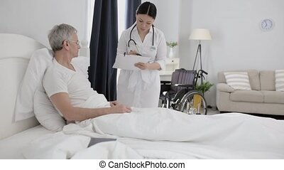 bed, invalide, helpt, aziaat, senior, verpleegkundige, man