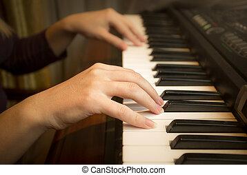 beeld, closeup, vrouwenhanden, piano spelen