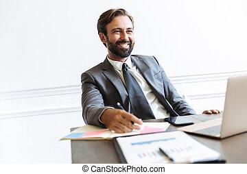 beeld, draagbare computer, terwijl, het glimlachen, kantoor, voorwaarts, werkende , mooi, het kijken, copyspace, zakenman
