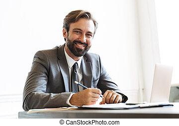 beeld, draagbare computer, terwijl, kantoor, lachen, werkende , zeker, het kijken, zakenman, fototoestel